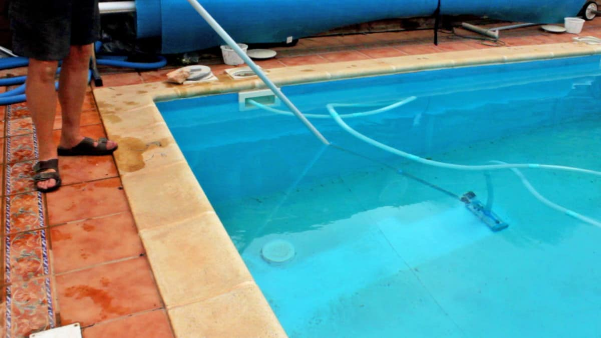 How to Vacuum a Pool with a Sand Filter - Step by Step 1